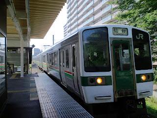 写真:北仙台駅に到着した仙台行き各駅停車