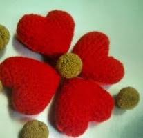 http://www.zonamanualidades.com/2009/12/04/corazon-de-amigurumi-para-nuestro-arbol-de-navidad/#more-1490