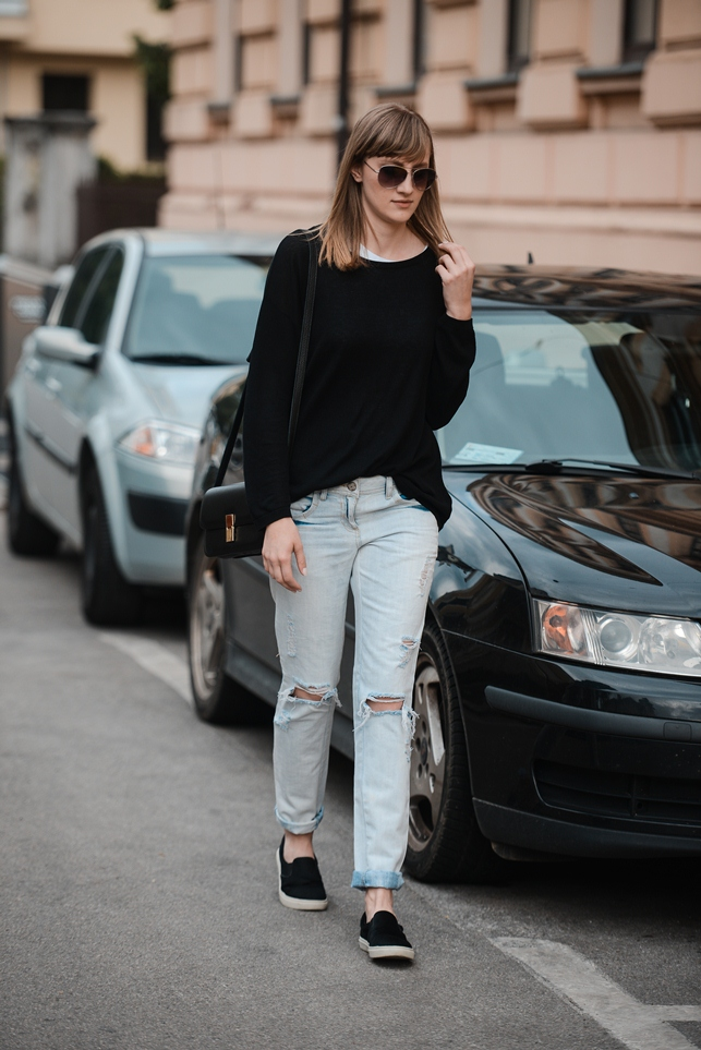 new look ripped boyfriend jeans light jeans, hm black baggy sweater, celine lookalike box bag, topshop black slip on sneakers plimsolls, style blogger, fashion blog