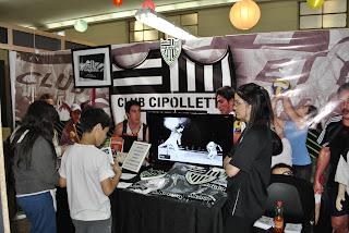 Autógrafos y capacitaciones en el stand del Club Cipolletti en la Feria del Libro