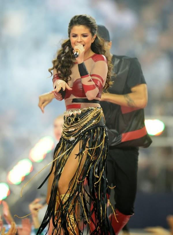 Selena Gómez con alguien detrás de ella
