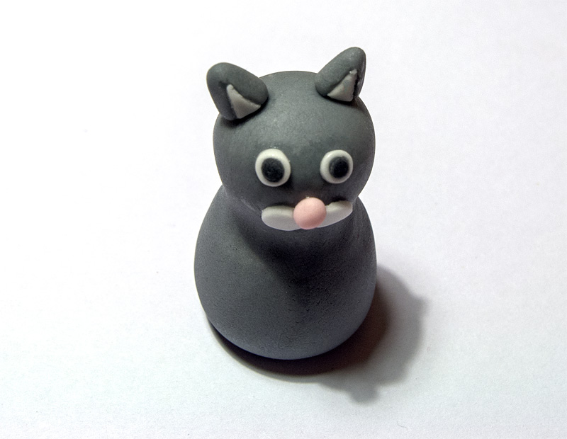 Cat fondant figure ears on head