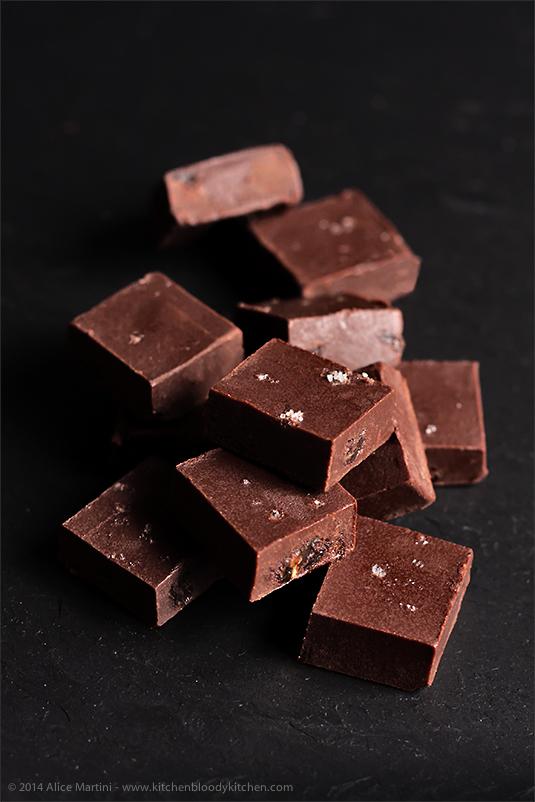 Fudge al cioccolato, dulce de leche di cocco e uvetta