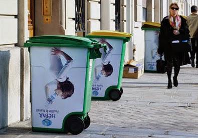 Has publicidad con botes de basura