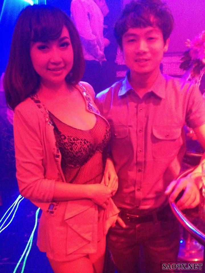 Hot girl Na Fox khoe vòng 1 sexy trong bar