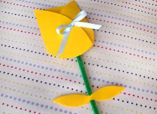 http://espacoeducar-liza.blogspot.com.br/2013/02/cartao-tulipa-para-lembranca-do-dia-das.html