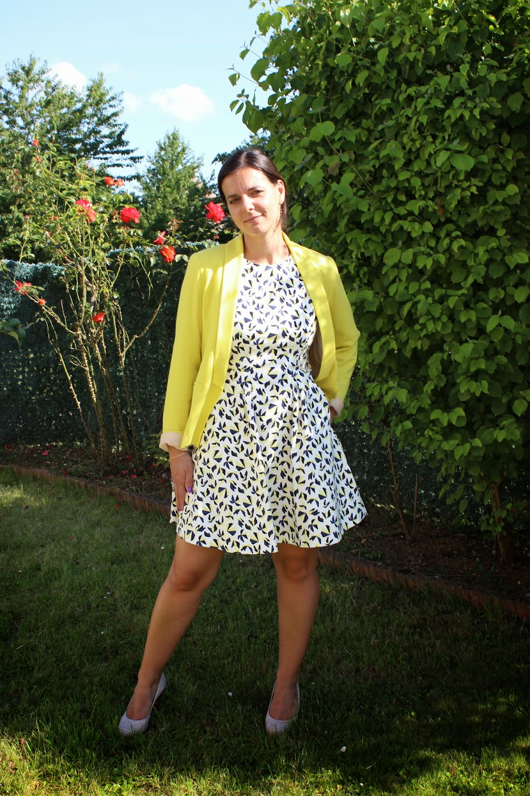 robe zara à motif jaune et veste jaune promod