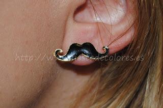 Pendientes mustache puestos