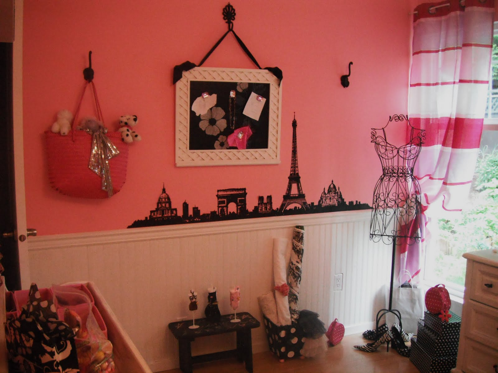 Local food girl a pink paris bedroom what more could a for Art decoration france