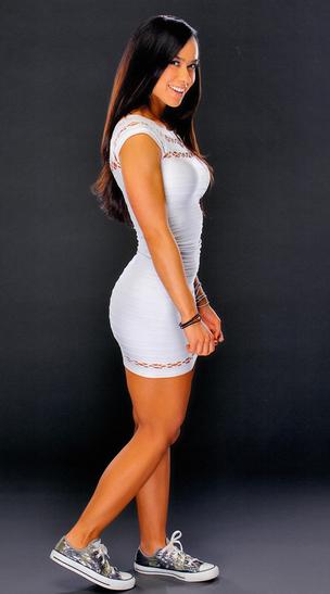 hermosa diva Aj Lee en minifalda y vestido color blanco