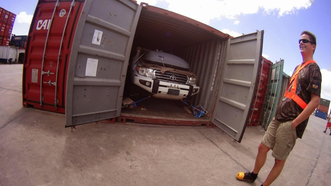 Das erste öffnen des Containers im Zollbereich des Hafengeländes