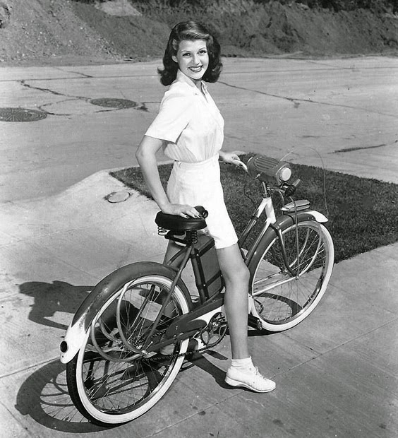 Rita Hayworth paseando en bici
