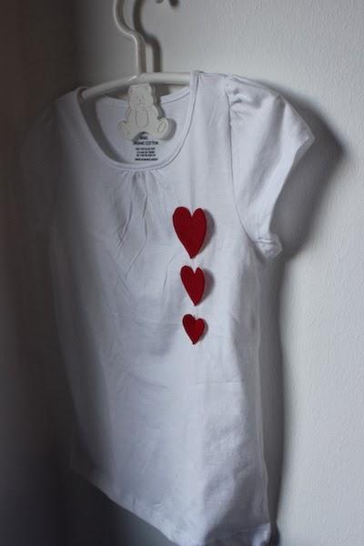 Camiseta infantil con corazones