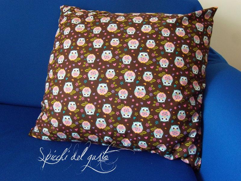 cuscino con stoffa con i gufetti colorati