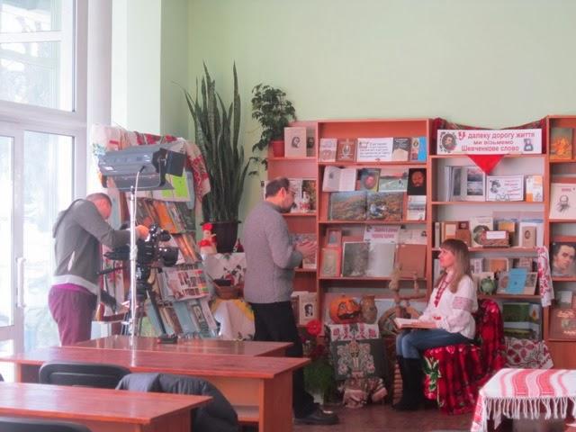 Шевченка читає І. А. Єліна, головний бібліотекар відділу обслуговування.