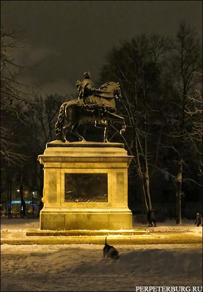 Памятник Петру I перед Михайловским замком зимой в Петербурге фото