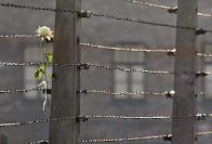 Φράχτες συρμάτινοι φαντάζουν οι αποστάσεις...