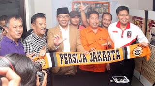 Walikota Bandung 'Ridwan Kamil' dan manajer Persib 'Umuh Muchtar' saat berkunjung ke kantor Persija di Jakarta, Jumat (16/10/2015).