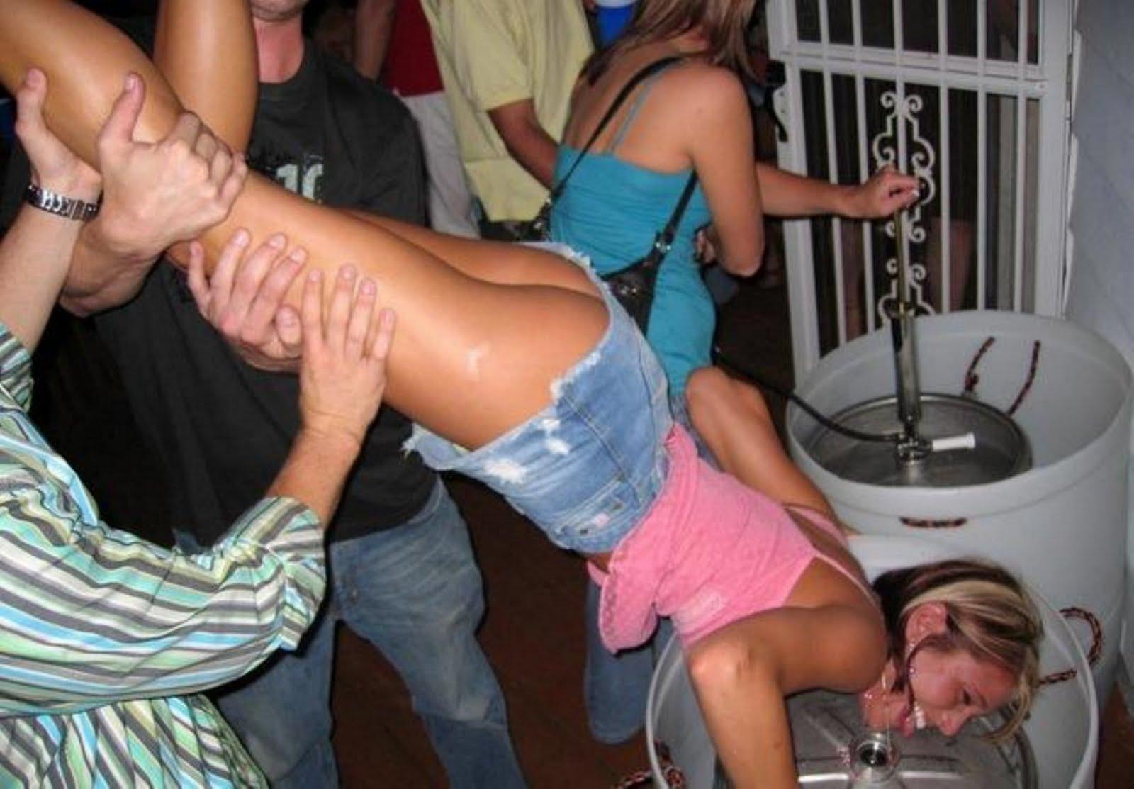 Смотреть задрал девушку вверх ногами 2 фотография