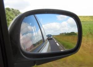 kaca spion merupakan contoh penerapan cermin cembung dalam kehidupan sehari-hari