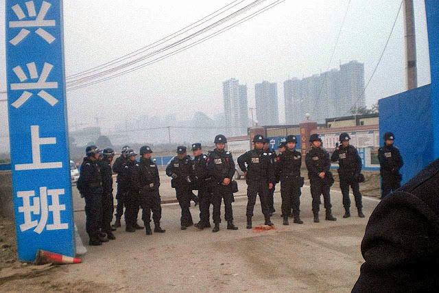 Policiais em ação para confiscar casas e terras de camponeses em Zhuguosi