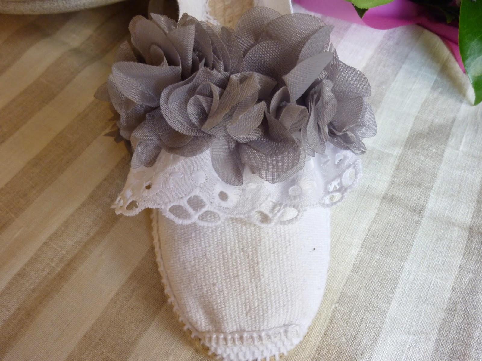 Y aquí, dos versiones del mismo modelo, la una con las flores en gris y la otra con las flores en color tostado.