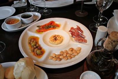 Aperitivos en mesa restaurante Rubaiyat Blog Esteban Capdevila