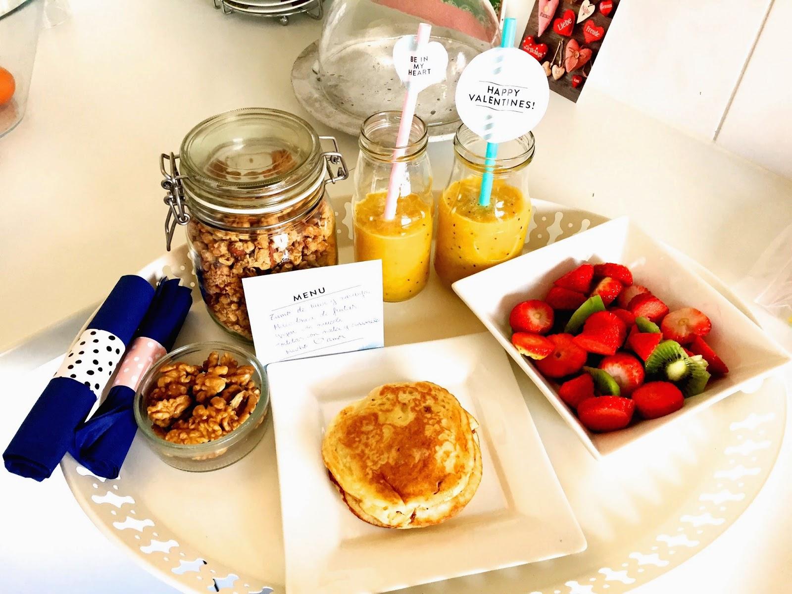 Desayuno de san valent n tortitas con nata y caramelo - Preparar desayuno romantico ...