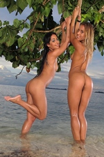 Tropical Lesbians Nikky & Nomi - In The Crack