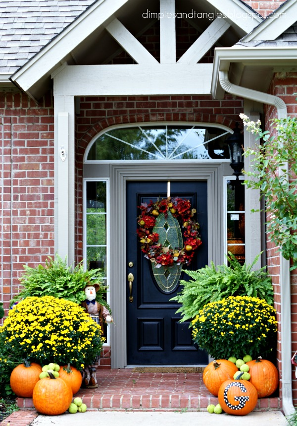 Outdoor fall decorating ideas dimples and tangles for Pictures of fall decorations for outdoors
