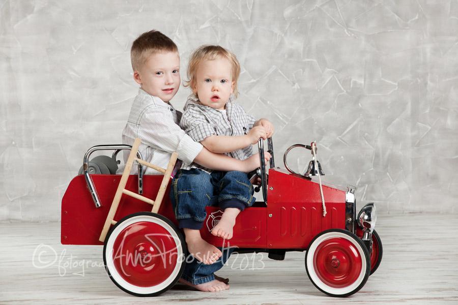poisid-istuvad-tuletorje-autos
