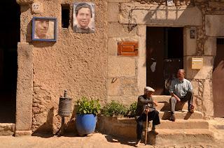Las fachadas de mogarraz aacogen los cuadros de sus gentes
