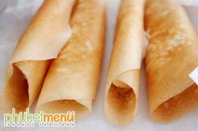ขนมอาโป๊งเป็นขนมพื้นเมืองเลื่องชื่อของจังหวัดภูเก็ต