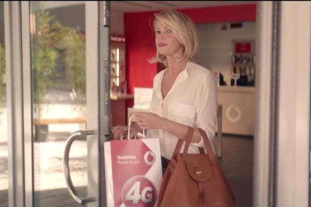 Foto della pubblicità Vodafone con Alessia Marcuzzi che entra nel negozio e diventa bambina