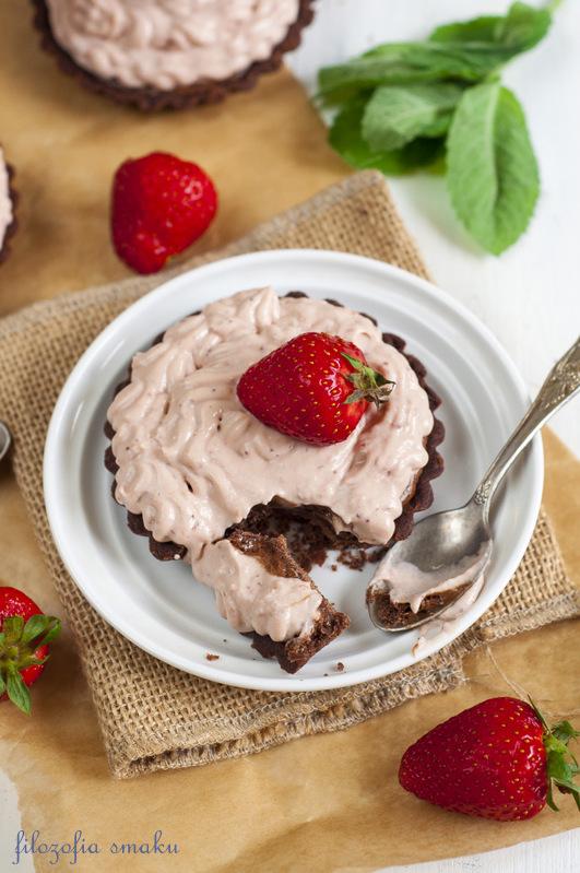 Tartaletki z musem czekoladowym i kremem truskawkowym