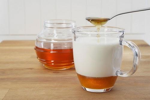 trị mụn trứng cá bằng mật ong, sữa chua và chanh