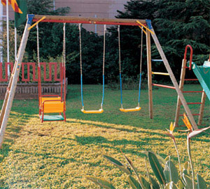 Madre novata nuestras salidas al parque for Columpios de madera para jardin