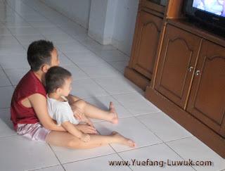 Hadi_and_cingming_watching_TV