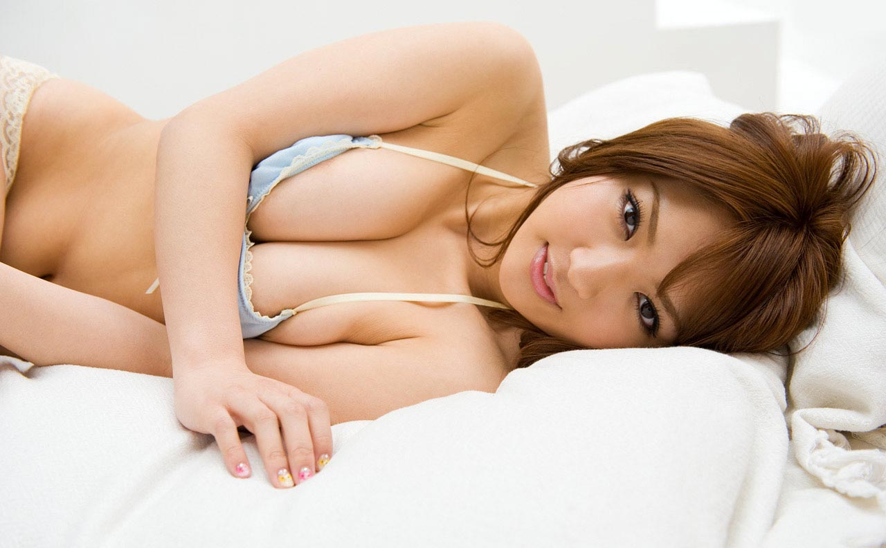 shiori kamisaki sexy bed bikini photos 01