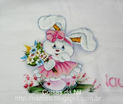 """""""coelha com flores pintada em fralda de menina"""""""