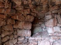 Detall de l'armariet de l'interior de la barraca del Serrat del Moro