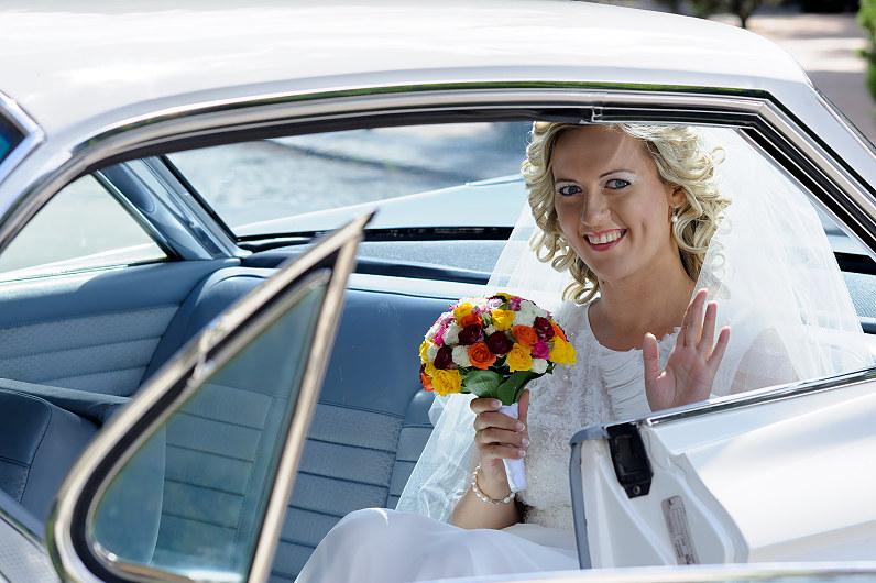 nuotaka baltame automobilyje