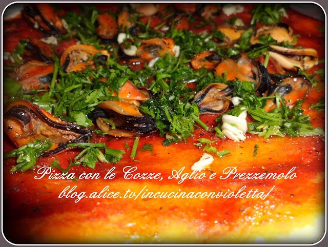 pizza con le cozze, aglio e prezzemolo
