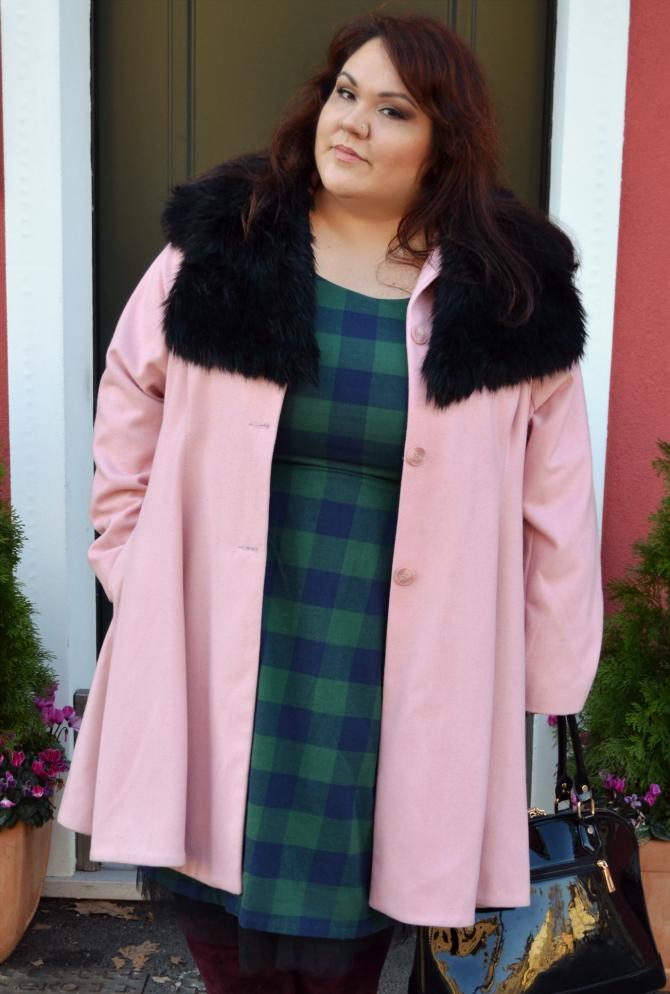outfit con abito tartan manon baptiste di navabi e cappotto rosa