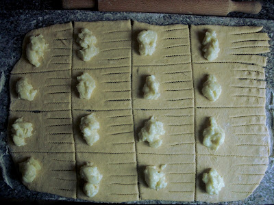 A tészta egyik széle bevágva, rajta a puding, lehet tekerni.