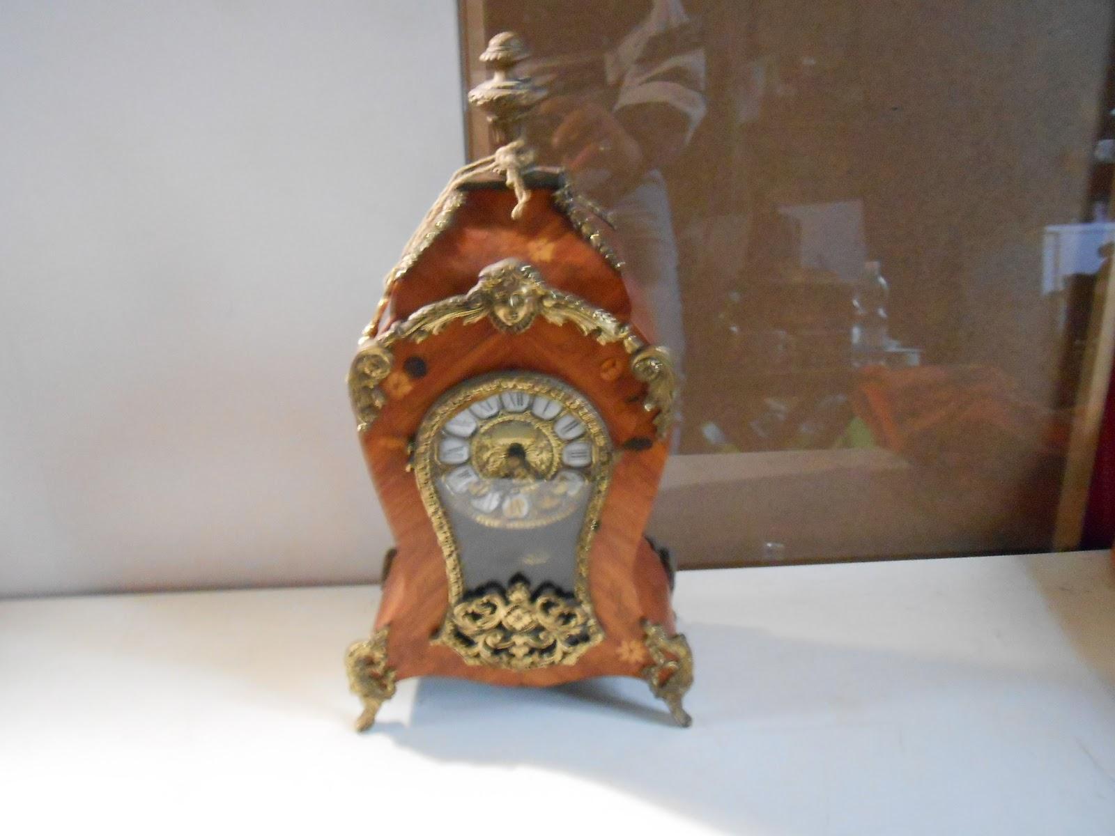 Orologio a pendolo da tavolo ligneo con inserti in bronzo l 39 orologio funzionante per quanto - Orologio a pendolo da tavolo ...