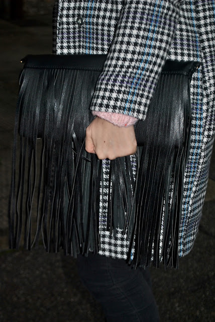 borsa con frange borsa di pelle nera con frange come abbinare una borsa con le frange abbinamenti borsa con le frange fringes bag outfit how to wear fringes bag  its casual winter outfit mariafelicia magno fashion blogger colorblock by felym fashion blog italiani fashion blogger italiane blog di moda blogger italiane di moda fashion blogger bergamo fashion blogger milano fashion bloggers italy italian fashion bloggers influencer italiane italian influencer