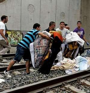Los vecinos de Angrois ayudan tras el accidente de tren de Santiago
