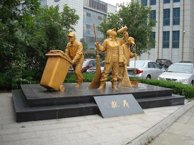 تمثال لعمال النظافة