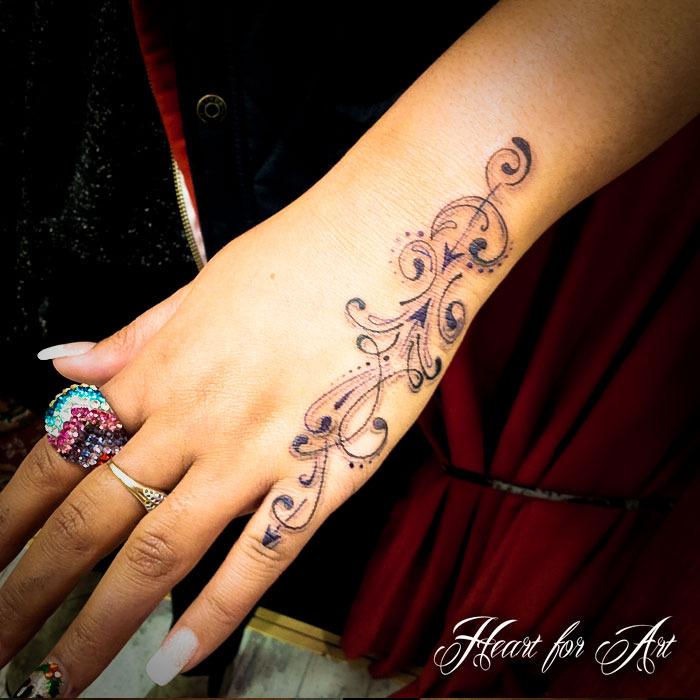 Tattoo Designs For Girls On Hand: Tattoo 9i: Pretty Hand Tattoo Designs